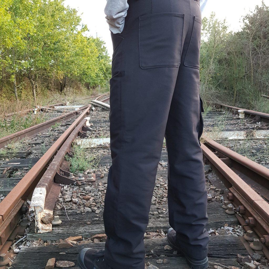 Pantalon cargo homme noir vue de dos