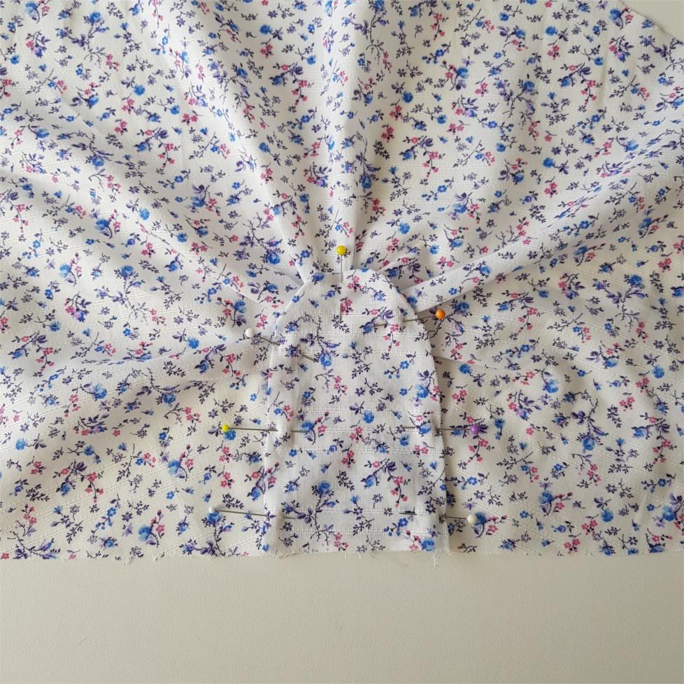 epingler la garniture de manche pour coudre la blouse valeria