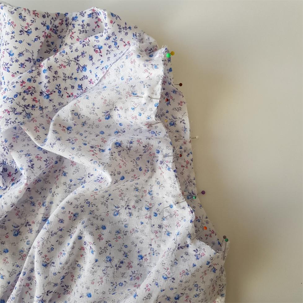 epingler l'emmenchure pour coudre la blouse Valeria
