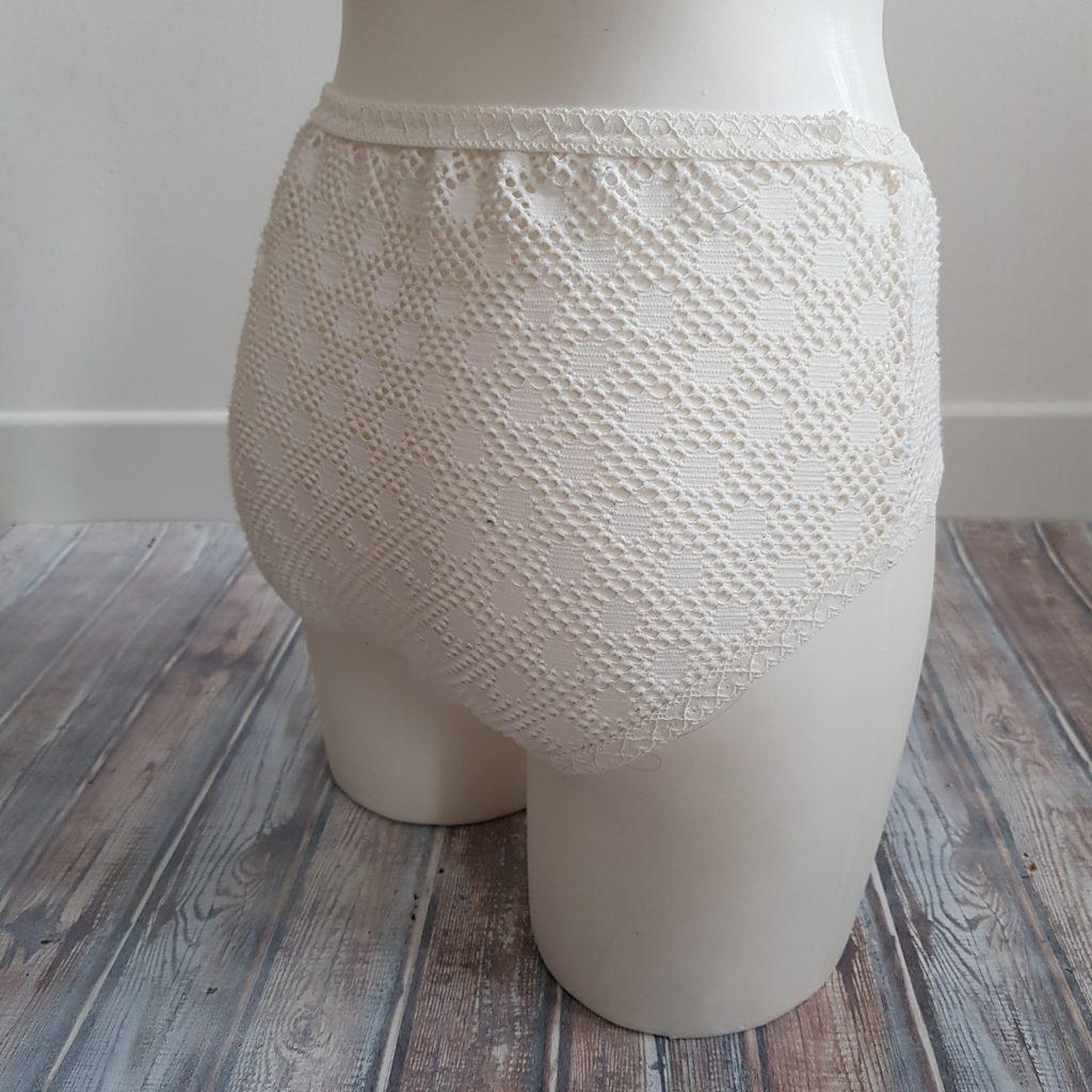 culotte america en dentelle blanche vue de dos portée par un mannequin