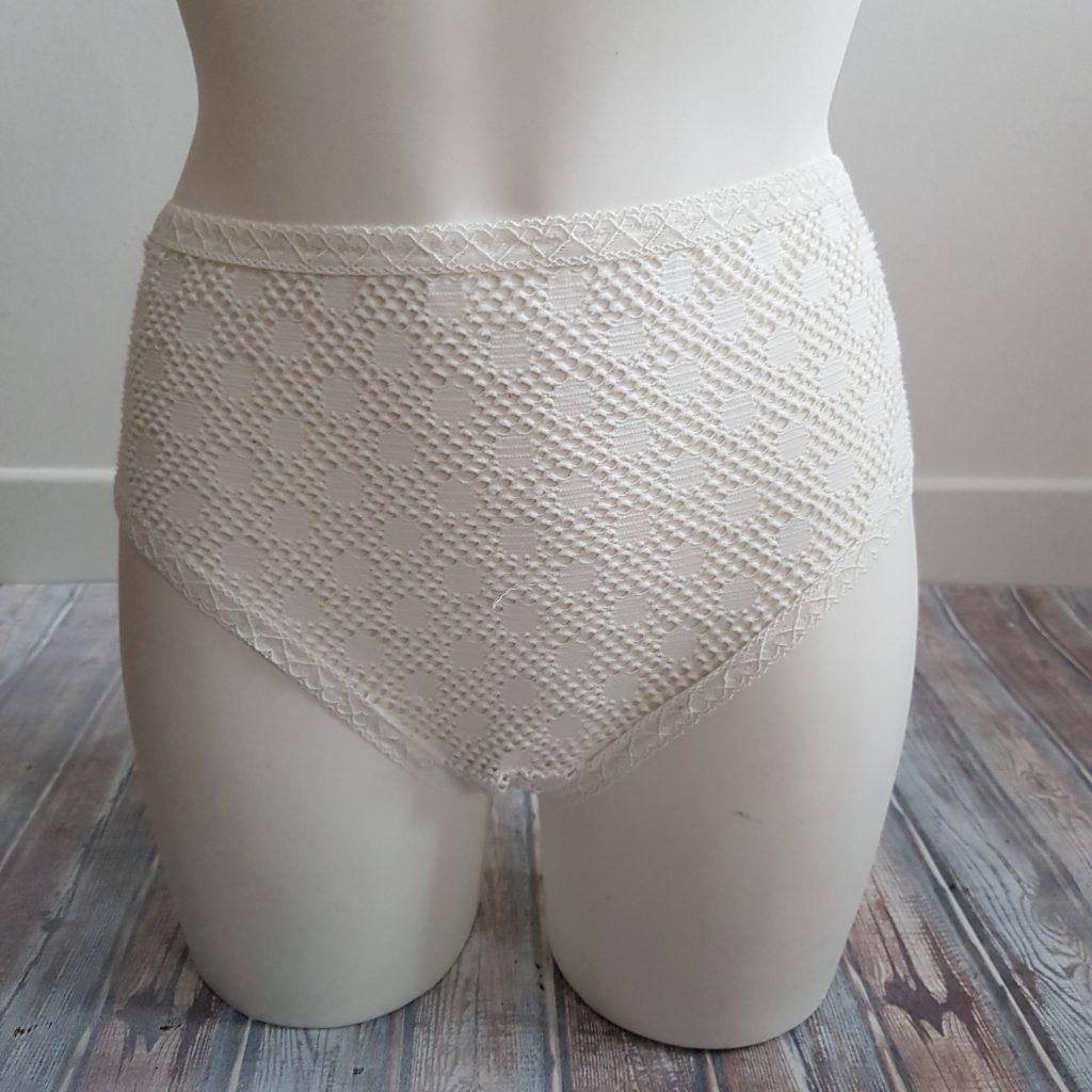 culotte america en dentelle blanche vue de face portée par un mannequin